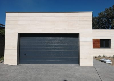 Puerta seccional para vivienda particular
