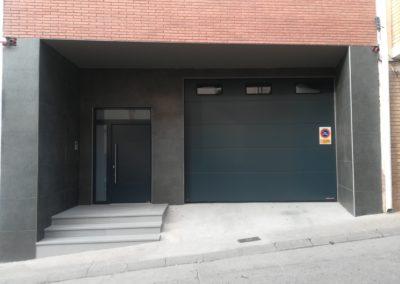 Puerta seccional para comunidad de vecinos
